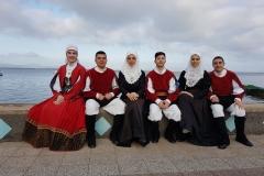 Alcuni componenti in costume davanti al mare