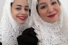 Coppia ragazze con l'abito nero