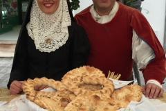 Esposizione del pane con coppia in costume