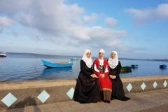 Ragazze in costume davanti al mare